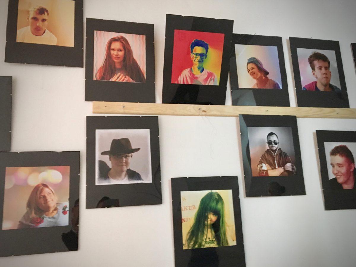 Ściana z portretami