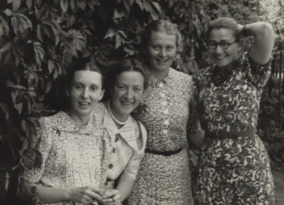 Krystyna Krahelska (druga od prawej) z koleżankami